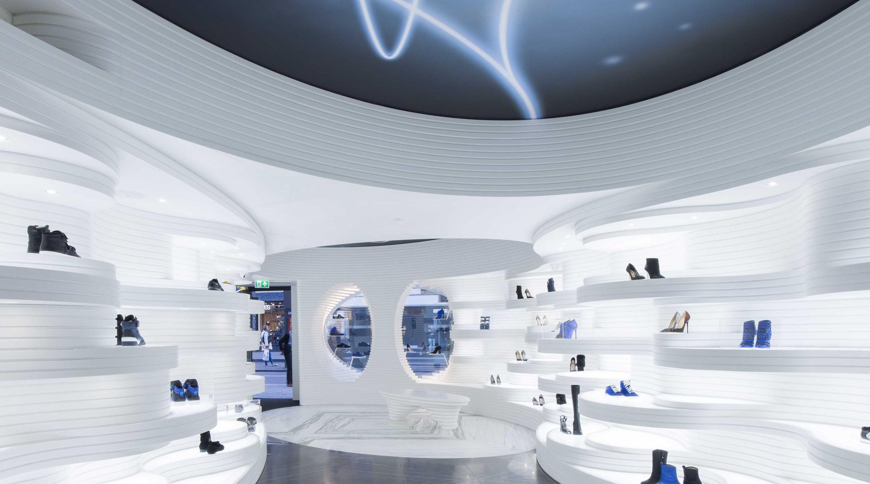 Het Interieur Heeft Een Futuristische Allure Met De Uitzonderlijke  Combinatie Van Het Witte, Verlichte HI MACS En De Donkere Marmervloer.