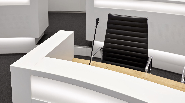 Door De Ovale Opstelling Krijgt De Imposante Raadzaal Een Intiem En Open  Karakter. Variatie In Textuur Zorgt Ervoor Dat Het Vele Wit In De Basis  Niet ...